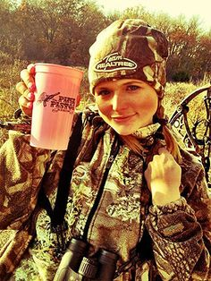 Miranda Lambert out in Camo for her Thanksgiving Hunt! Every girl needs some camo and a gun;)