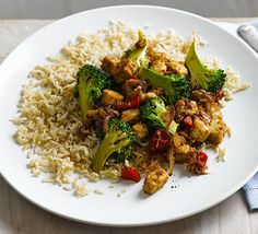Stir-fry with broccoli & brown rice Combine ready-to-cook vegetarian, chicken-style pieces with super-healthy broccoli, ginger and garlic for a quick, veggie dinner Vegetarian Chicken, Vegetarian Cooking, Vegetarian Recipes, Healthy Recipes, Healthy Foods, Easy Recipes, Healthy Chicken, Clean Recipes, Drink Recipes