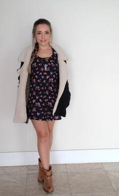 Vestido levinho com botinha cano curto.