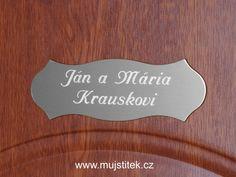 Dveřní štítek s eloxovaného hliníku, nalepený na vchodových dveřích rodinného domu. www.mujstitek.cz
