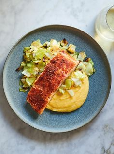 This perfectly spiced Cajun salmon and cabbage recipe is the perfect weeknight fish dish. Salmon Fillets, Filets, Cajun Salmon, How To Cook Polenta, Orange Sanguine, Valeur Nutritive, Cabbage Recipes, Fish Dishes, How To Dry Oregano