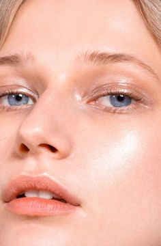 Nearly every makeup item on Glossier's site is sold out, and Haloscope, their highlighter that launched today, is sure to go just as quickly.  Glossier's Haloscope highlighter is perfectly minimal.  The two shades, Quartz and Topaz, are meant to suit all skin tones, so we put them to the test.