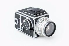 """Lieblingsobjekt """"Die Hasselblad 500 C ist die Ikone der professionellen analogen Fotografie. Das Design dieser Kamera ist zeitlos und hat sich über ein halbes Jahrhundert kaum geändert. Ein weiteres herausragendes Merkmal ist der modulare Aufbau, was in der Anwendung mit unterschiedlichen Filmen und Objektiven sehr gelegen kommt. Ein Objekt mit Qualität und Geschichte!"""" Dario Zadra IONDESIGNer seit 2014"""