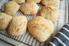 Koldhævede boller med italiensk hvedemel Bread Baking, Hamburger, Food, Breads, Baking, Bread Rolls, Essen, Bread, Burgers
