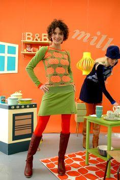 Schönes Kleid aus weichem grünem Baumwolljersey mit einem Apfel-Herzmuster in grün-rot.Es hat kleine Knöpfe an den Einfaßbändern an den Schultern.Durc