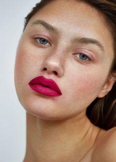 Vibrant pink lips in with new- fashion week makeup All Things Beauty, Beauty Make Up, Hair Beauty, Makeup Goals, Makeup Tips, Permanent Lipstick, Nailart, Hot Pink Lipsticks, Natural Blush