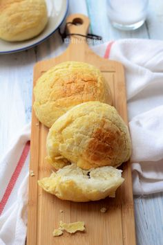 Hong Kong Style pineapple buns, also known as Bolo Bao, provides a delicious contrast in taste between the sugar butter topping and soft Asian style bread. Asian Desserts, Asian Recipes, Sweet Recipes, Pineapple Bun, Bread Bun, Bread Rolls, Sweet Buns, Taiwanese Cuisine, Savoury Baking