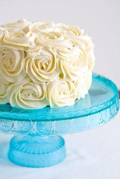 """L'envie me trottait depuis un bon bout de temps: réaliser un """"triple layer"""" cake, ou gâteau à 3 couches. L'effet visuel de ce type de gâteau m'a toujours plu: la gourmandiseversion XXL ...Al'Amé..."""