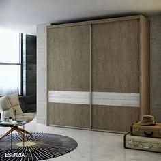 El color de este armario corredero es el Roble con los detalles de las franjas que hay en las puertas en color Fresno y el metálico en color Plata