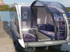 Wassercaravan - Hausboot mieten und kaufen Floating Raft, Floating House, Camping Survival, Small Houseboats, Small Pontoon Boats, Pontoon Houseboat, Floating Architecture, Boat Names, Build Your Own Boat