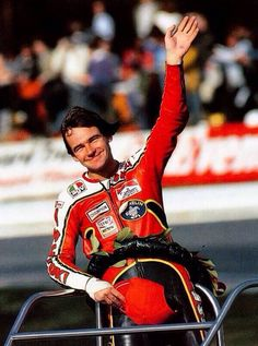Il 10 marzo del 2003 fa ci lasciava il grande Barry Sheene, campione del mondo della 500 nel 1976 e 77 e primo pilota a portare alla vittoria la Suzuki nella classe 500 ad Assen, il 28 giugno 1975.