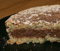 """(Scroll for English) En helt fantastisk kake; et lett """"nøttete"""" marengsbunn med et fyldig sjokoladefyll. Det at den er fyldig på smak, m..."""