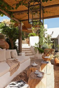 mit Pergola, Bohème-Chic-Atmosphäre mit Pergola, Bohème-Chic-Atmosphäre deco terrasse toiture tapis exterieur auvent canisse plantes pots fauteuil egg Back yard Road for Psarrou Beach - Mykonos Outdoor Seating Areas, Outdoor Rooms, Outdoor Living, Outdoor Decor, Outdoor Patios, Outdoor Kitchens, Terrasse Design, Pergola Garden, Pergola Kits
