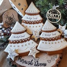 Christmas Cookies, Merry Christmas, Christmas Ornaments, Snowman Faces, Christmas Decorations, Holiday Decor, Fondant Cakes, Gum Paste, Biscotti