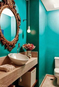 Espelho com moldura antiga no banheiro