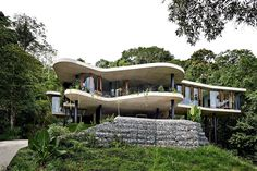 I just saw this house by and for Jesse Bennett and Anne-Marie Campagnolo on The Design Files. He's a builder, she's an interior design and this house is perfect Suppose Design Office, Architecture Résidentielle, Architecture Definition, Organic Architecture, Passive Design, Modernisme, Tropical Houses, Tropical Paradise, Tropical Forest