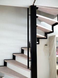 Een draaitrap heeft een heleboel voordelen, zo neemt het veel minder ruimte in beslag dan andere trappen. Het is dus ideaal voor kleine ruimtes. Een draaitrap is vaak minder steil dan een rechte trap en daarom is het veel makkelijker en comfortabeler om een draaitrap te beklimmen. Wij kunnen draaitrappen van verschillende materialen maken, zoals: metaal, onbewerkt staal, hout en nog meer! Als u op zoek bent naar een mooie draaitrap dan bent u bij trappen kopen aan het juiste adres. Onze…