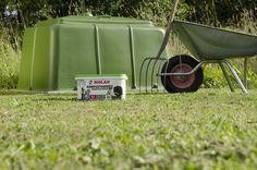 Biolan Puutarhakompostori on tarkoitettu puutarha- ja keittiöjätteen kompostointiin omakotitaloissa ja vapaa-ajanasunnoilla. Tilavalla n. 900 litran vetoisella Biolan Puutarhakompostorilla jalostat kasvimaa- ja puutarhajätteet tehokkaasti muhevaksi kompostiksi. Suuri saranoitu kansi helpottaa kompostorin täyttöä. Tiivis rakenne ja säädettävä ilmanvaihto ehkäisevät kompostimassan kuivumista ja vähentävät siten kompostin hoitotarvetta. Wheelbarrow, Garden Tools, Baby Strollers, Children, Baby Prams, Young Children, Boys, Yard Tools, Kids
