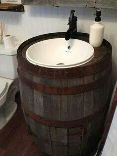 Fass als Waschbecken >> A rustic barrel vanity is just one of the surprises you'll find in this amazing bathroom makeover. Country Decor, Rustic Decor, Country Homes, Primitive Decor, Western Decor, Country Living, Barrel Sink, Rain Barrel, Mini Bad