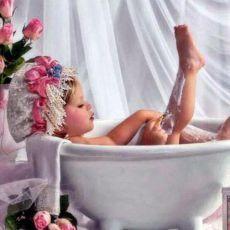 Всем известно, что мужчина страстно ждёт рожденья сына. Только дочь с теченьем дней обожает всё сильней. Теплый, маленький комочек, кружевной, смешной кулёчек. Пусть пока в ней мало веса, дочка - папина ПРИНЦЕССА!