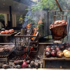 This looks like a grilling Paradise 😛😛 ・・・ South American cuisine and grills need to find their way to the USA! Photo courtesy of . Outdoor Grill Area, Outdoor Kitchen Patio, Diy Grill, Barbecue Grill, Parilla Grill, Asado Grill, Argentine Grill, Open Fire Cooking, Fire Food