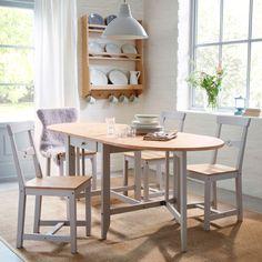 Perinteisen tyylinen ruokailutila, jossa GAMLEBY-taittopöytä ja mäntyiset tuolit.