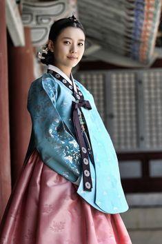 한효주(韓孝周 Han Hyo-joo) Dong yi hanbok with photoshop Korean Traditional Clothes, Traditional Fashion, Traditional Dresses, Korean Dress, Korean Outfits, Korean Beauty, Asian Beauty, Yi King, Modern Hanbok