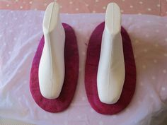 Felted Slippers Tutorial – eternal magpie This morning I spent a good hour searching online for a comprehensive felted slipper tutorial, with lots of pictures, using polystyrene lasts to finish the slippers. I couldn't find one I lik… Felted Slippers Pattern, Crochet Slippers, Felt Slippers, Needle Felted, Wet Felting, Felt Boots, Wool Shoes, Felted Wool Crafts, Needle Felting Tutorials