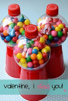 Una máquina de bolas de chicle reciclada, un vaso, una botella y...listo!