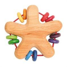 Sk�n rangle i l�kkert tr� med perler i flotte farver. God at bide i. Perlerne p� ranglen giver lyd n�r baby ryster den. Hurtig dag-til-dag levering.
