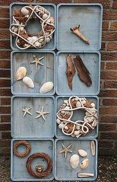 Wanddecoratie van dienbladen (1)    Met schelpen, kransen en schors maak je een tuindecoratie met een zomerse uitstraling.