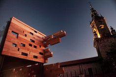 Torre de la iglesia de San Miguel desde la zona de reconstrucción en madera de la primera muralla de Vitoria-Gasteiz