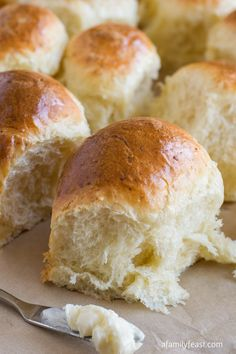 Parmesan Pull-Apart Rolls - http://www.afamilyfeast.com - soft, fluffy, and light as air dinner rolls. Bread Bun, No Yeast Bread, Bread Baking, How To Make Bread, Quick Bread, Pull Apart Rolls Recipe, Cooking Recipes, Bread Recipes, Biscuits