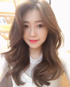 Korean girl dyed hair preferred autumn most hair color Brown), white and skin color Korean Wavy Hair, Asian Hair, Korean Hair Color Ombre, Brown Hair Korean, Korean Perm, Black Hair With Brown Highlights, Brown Hair Colors, Permed Hairstyles, Trendy Hairstyles