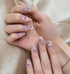"Vous ne l'avez surement pas loupé si vous suivez les tendances sur Instagram, la manucure ""Picasso"" ne cesse de gagner du terrain depuis quelques mois ! Round Nail Designs, French Nail Designs, Simple Nail Designs, Acrylic Nail Designs, Nail Art Designs, Acrylic Nails, Coffin Nails, Easter Nail Designs, Nail Designs Spring"