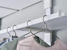 The shelf support with its built-in clothes rail is especially attractive when paired with elegant wood shelves No more hangers sliding off the rail with Pecasa: the end of the clothes rail is specially designed to prevent that particular problem Best Clothes Hangers, Clothes Rail, Free Clothes, Trendy Outfits For Teens, Trendy Clothes For Women, Summer Fashion Outfits, Clothing Hacks, Shop Interiors, Wood Shelves