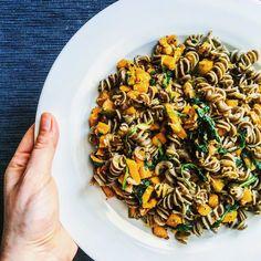 """Green lentils fusilli pasta with fresh spinach and mushrooms-ly roasted kabocha squash #magiaresano #mangioquindisono #eatclean #eatforabs #cleanrecipe…"""