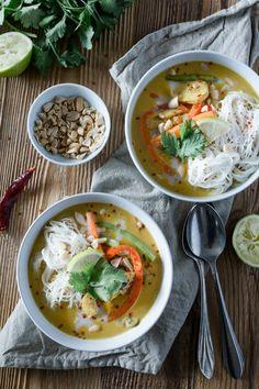 Ein einfaches Rezept für Hähnchen Curry mit Erdnuss, Kokosmilch und viel Gemüse