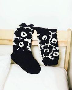 """Sonja sanoo Instagramissa: """"Valmiit #unikkovillasukat 🌼🧦 & oma ruutupiirros niihin seuraavassa kuvassa! 😊 47 riviltä 14 silmukka mustalla! #novita7veljestä #knitting…"""" Wool Socks, Knitting Socks, Project Life Scrapbook, Patterned Socks, Marimekko, Mittens, Christmas Stockings, Knit Crochet, Diy Crafts"""