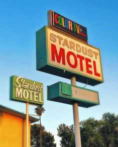 The many signs of the Stardust Motel In Praise Of Shadows, Vintage Neon Signs, Vintage Flash, American Diner, Vintage Hotels, Don Juan, Roadside Attractions, Old Signs, Googie