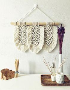 Macrame Wall Hanging Diy, Macrame Art, Macrame Design, Macrame Projects, Macrame Knots, Wool Wall Hanging, Weaving Wall Hanging, Rope Crafts, Seashell Crafts