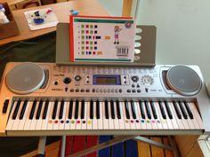 Muziekhoek: keyboard. Via kleurtjes op de toetsen kunnen de kinderen liedjes leren spelen. Zelf improviseren is natuurlijk ook leuk.