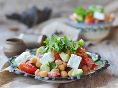 Mit diesem Salat tun Sie etwas für Ihren Vitaminhaushalt und werden gleichzeitig pappsatt. Probieren Sie unser vegetarisches Rezept für leckeren Kichererbsensalat! http://www.fuersie.de/kochen/rezeptideen/artikel/rezept-kichererbsensalat