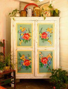 gorgeous hand-painted cupboard  Esquinero de campo: Las Vidalas
