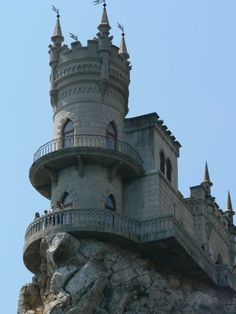 The Swallow's Nest - Ukrainian - is a decorative castle near Yalta on the Crimean peninsula in southern Ukraine. It was built between 1911 and 1912 in Gaspra, on top of a foot) high Aurora Cliff. The castle overlooks the Cape of Ai-Todor of the Black Sea Beautiful Castles, Beautiful Places, Castle Project, Construction, Architectural Features, Trip Planning, Architecture Design, Places To Go, Around The Worlds
