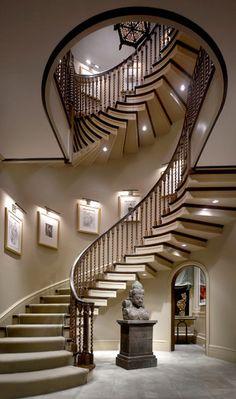 Superbe escalier en bois.