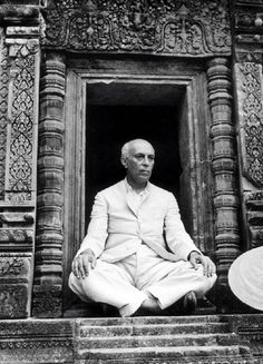 Jawaharlal Nehru was a visionary. As first Prime Minister, the architect of modern India. A colossus among world leaders, his only major blemish, China, left him a broken man. History Of India, History Photos, History Facts, Indira Ghandi, Jawaharlal Nehru, Twinkle Khanna, Lame Jokes, Modern India, Spiritual Images