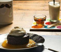 Pastel de chocolate amargo con mango y crema rápida de vainilla