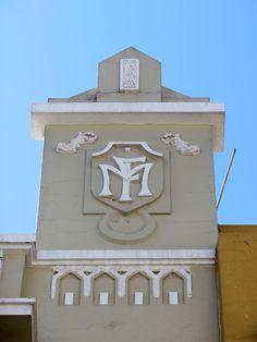 Cacería Tipográfica N° 247: Monograma FIM en una construcción de la calle Mercaderes en el Centro Histórico de Arequipa.