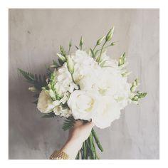 Buquê da querida Debora bem de pertinho! Esse branco, com esses verdes...ahhh que charme  #moçadobuque #carinho #wedding #weddingflowers #buque #bouquet #love #amor #branco #classico #charmoso